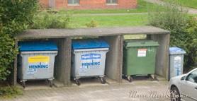 Мусорные контейнеры во дворе