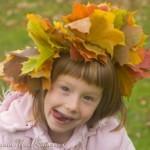 С венком из листьев на голове