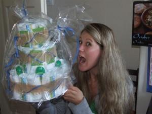 торт из подгузников -- подарок для новорожденного и его мамы