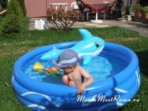 Купание на природе в надувном бассейне -- что может быть лучше?