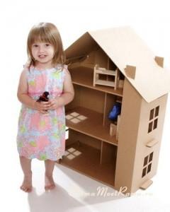 Гофрированный картонный дом для куклы легок, но прочен и стабилен.