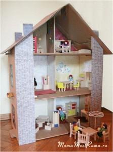 Обустройство домика для куклы -- игра в дизайнера интерьеров.