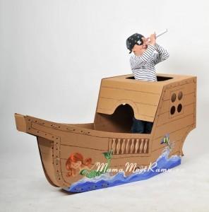 Картонный корабль поражает своими размерами.