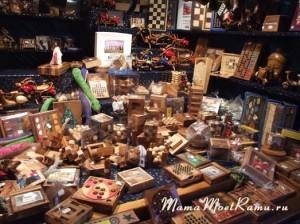 Лучший презент для мужчины -- шахматы или логическая деревянная игра.