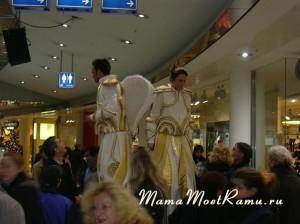 Ангелы на ходулях раздают флаеры