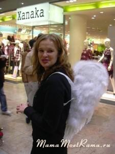 Девушка-ангел в торговом центре Германии.